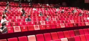 assentos de uma ópera com espaçamento para baixo contato entre pessoas