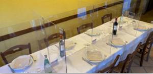 mesa de restaurante com bais separadoras para baixo contato entre pessoas